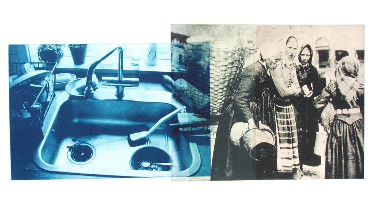 Glimt fra de tunge byrders tid. Farvefotogravure 40 x 60 cm. Hjemligt køkkeninteriør sammenstillet med fotografi af kvinder på torvet, Bergen anno 1881.